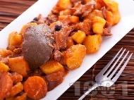 Рецепта Вкусно заешко задушено по средиземноморски с картофи, моркови, домат и червено вино в тенджера